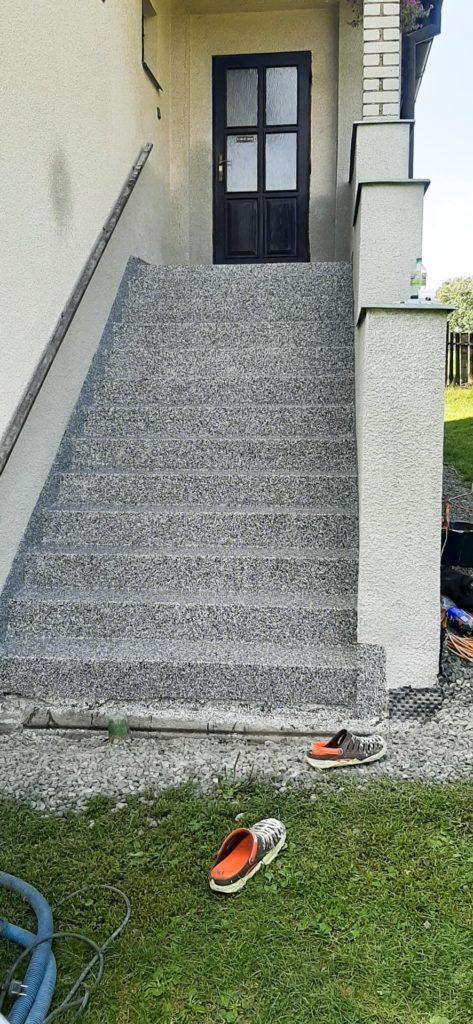 Kamenný koberec před vchodem rodinného domu.