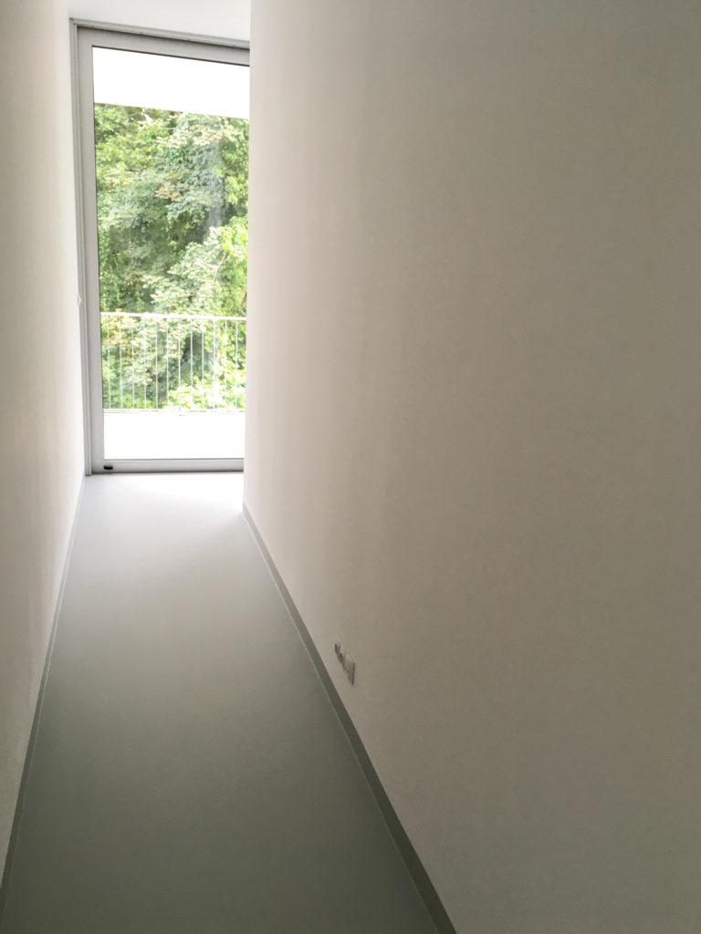 Polyuretanová podlaha v chodbě.