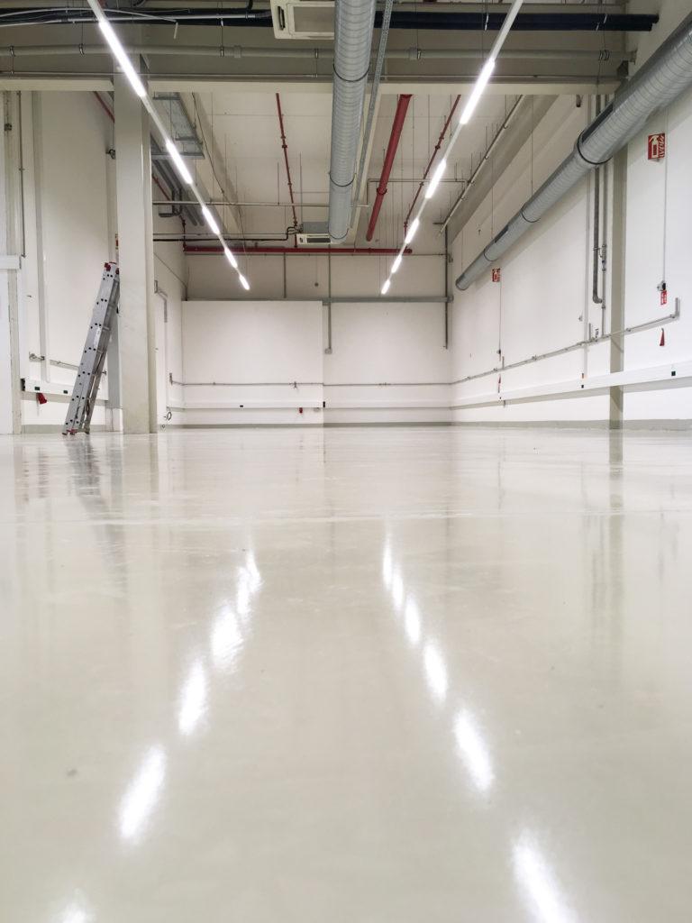 Polyuretan-cementová podlaha ve výrobní hale.