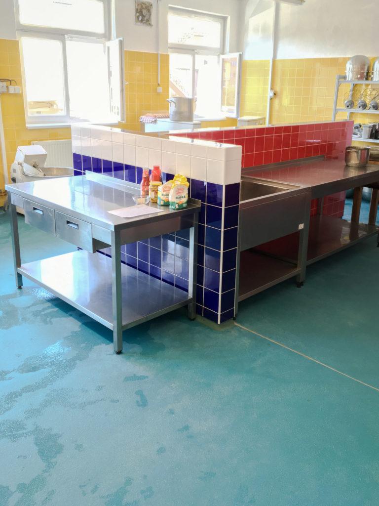 Polyuretan-cementová podlaha v potravinářském provozu.